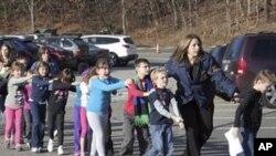 14일 총기난사 사건 발생 후 피신하는 코네티컷 주 샌디혹 초등학교의 학생들.