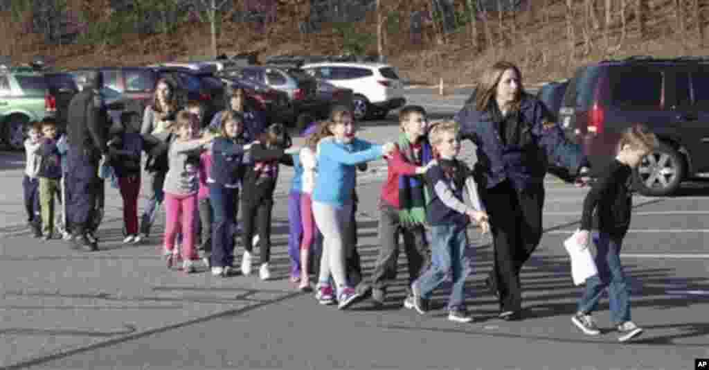 Cảnh sát dẫn trẻ em chạy ra từ Trường tiểu học Sandy Hook ở Newtown, Connecticut, sau vụ nổ súng, ngày 14/12/2012.