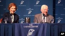 """Jimmy Carter y su esposa Rosalynn hablan durante la conferencia anual """"Conversaciones con los Carter"""", el martes por la noche en Atlanta."""