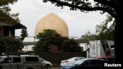 Mobil polisi terlihat di luar masjid Al Noor sehari pasca insiden penembakan di Christchurch, Selandia Baru 16 Maret 2019. (Foto: dok).
