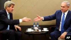 El secretario de Estado de EE.UU., John Kerry, (izquierda) y el primer ministro israelí, Benjamin Netanyahu, se reunieron al margen del Foro Económico Mundial, en Davos, Suzia, el jueves, 21 de enero de 2016.
