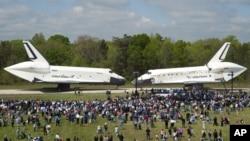 El Enterprise recibe y deja su lugar al Discovery en el Museo en Dulles, Virginia. (AP Photo/Smithsonian Institution via NASA, Carolyn Russo)