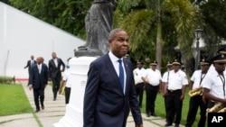 Premye minis Jean-Henry Ceant kap mache sou lakou Palè Nasyonal la apre seremoni ratifikasyon li a. 17 septanm 2018.