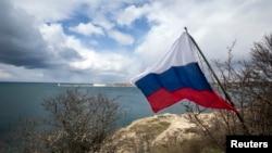 18일 러시아 세바스토폴리 흑해 주변에 크림반도 조약 1주년을 기념하는 국기가 걸려있다.