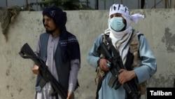 Talibanski borci stražare na glavnoj kapiji ispred predsjedničke palate u Kabulu, Afganistan, 16. avgusta 2021.
