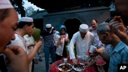 Warga Muslim di China berbuka puasa Ramadan di masjid Niujie, masjid tertua dan terbesar di Beijing, CHina (2/7). Pemerintah China mengeluarkan larangan berpuasa selama Ramadan bagi para siswa dan pegawai negeri di daerah Muslim, bagian barat-laut China pasca kerusuhan maut di wilayah itu.