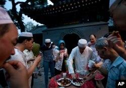 Umat Muslim China berbuka puasa saat Ramadan di masjid Niujie, masjid tertua dan terbesar di Beijing, China, 2 Juli 2014.