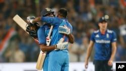 دو بازیکن تیم ملی کرکت هند، پیروزی خود را در برابر انگلستان جشن می گیرند.
