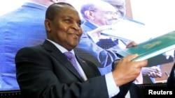 Le président de la République centrafricaine, Faustin-Archange Touadera, lors de la signature d'un accord de paix dans la capitale soudanaise, Khartoum, le 5 février 2019.