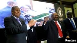 Les présidents centrafricain Faustin-Archange Touadera et soudanais Omar el-Béchir après la signature d'un accord de paix entre le gouvernement de la RCA et 14 groupes armés à Khartoum, Soudan, le 5 février 2019.