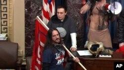 ARHIVA - Pol Alard Hodžkins iz Tampe na Floridi stoji na podijumu u sali Senata u zgradi Kapitola, 6. januara 2021.
