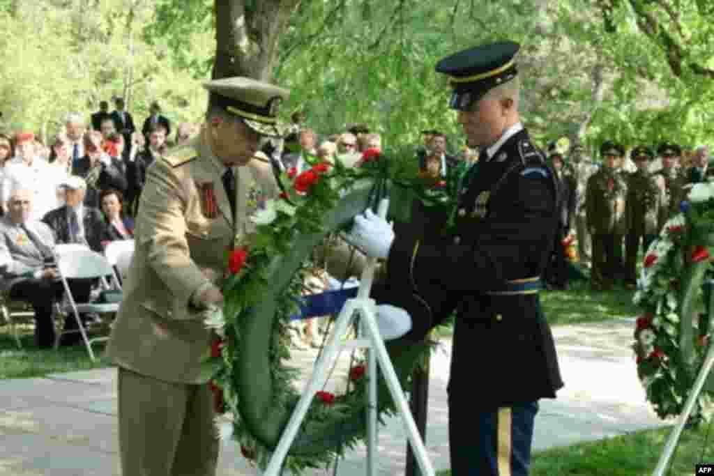 Военачальники России и США возложили венки на Арлингтонском кладбище