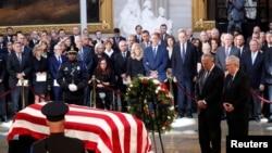Lider republikanaca u Senatu Mič Mekonel odaje poštu Džonu Mekejnu