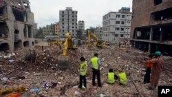 Para pekerja terus berupaya membersihkan sisa-sisa reruntuhan bangunan pabrik garmen yang ambruk di Savar dekat Dhaka, Bangladesh, 10 May 2013 (Foto: dok).