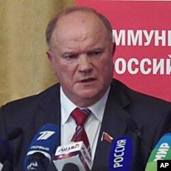 共产党领袖久加诺夫在新闻发布会上