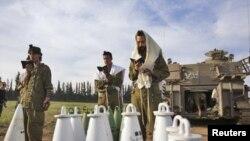 이스라엘과 가자 지구 접경 지대에서 포탄을 앞에 두고 기도를 드리고 있는 이스라엘 병사들(자료사진)