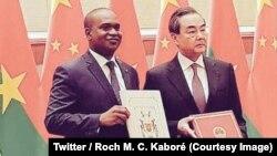 Le ministre burkinabè Alpha Barry, à gauche, et son homologue chinois des Affaires étrangères Wang Yi ont signé un communiqué conjoint annonçant l'établissement des relations diplomatiques entre le Burkina Faso et la Chine, à Pékin, 26 mai 2018. (Twitter/ Roch M. C.