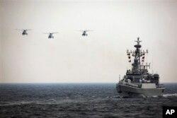 中国海军直升机和军舰参加庆祝中国海军成立周年的国际海上阅兵式。(2009年资料照)