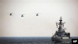 在直升机伴随下的中国海军528绵阳号导弹护卫舰(资料照)