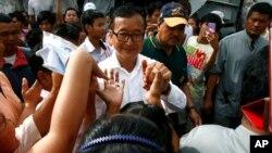 캄보디아 총선이 치뤄진 지난 28일 프놈펜에서 야당 지도자 삼랭시가 유권자들에 둘러싸여 있다.