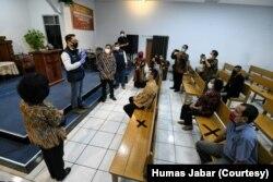 Gubernur Jabar Ridwan Kamil mengunjungi Gereja Pantekosta di Indonesia Padalarang, Sabtu (30/5) untuk simulasi protokol kesehatan. (Foto: Courtesy/Humas Jabar)
