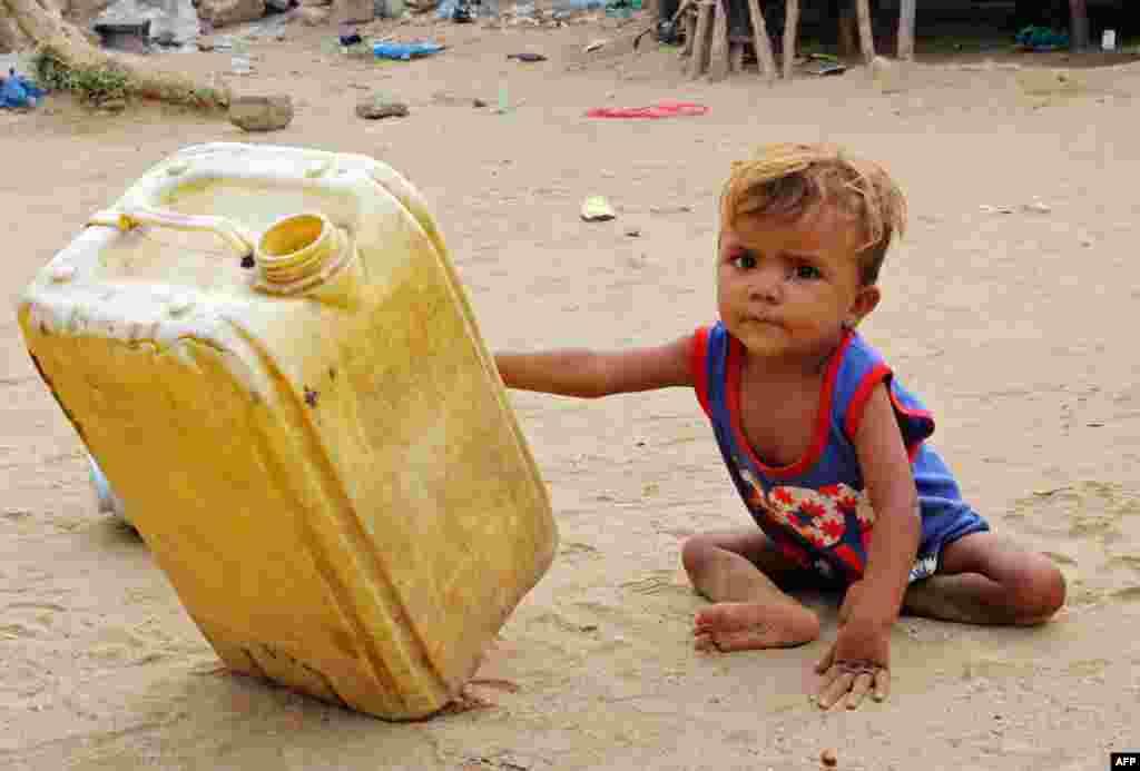 تصویری از کودک آواره یمنی در کمپ آوارگان در یمن