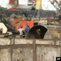 Critics: Gujarat shipbreakers lack rights, India, 2009.