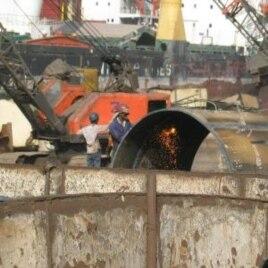 Critics: Gujarat shipbreakers lack rights, India, 2009.