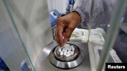 印度一家医药公司的雇员在称普通止痛药扑热息痛药片的重量。(2020年3月4日)