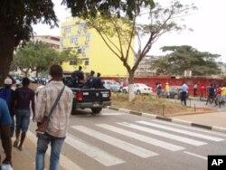 Manifestantes, observados de perto pela polícia