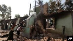 1일 버마 옥칸마을에서 반이슬람 폭력 시위로 불탄 모스크.