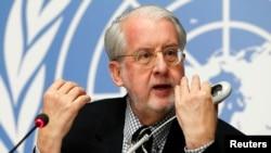 联合国叙利亚问题独立调查委员会主席、巴西法律学者保罗·皮涅罗在记者会上发言(2016年2月8日)