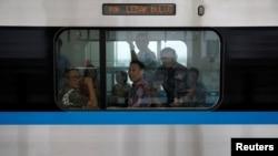 Para penumpang menggunakan MRT di Jakarta (foto: REUTERS/Willy Kurniawan).