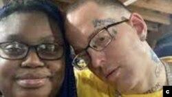 Gloria Y. Williams, 35 ans, et son petit ami, Brian Coulter, 31 ans, sont arrêtés deux jours après que les trois enfants de Gloria ont été retrouvés abandonnés et vivant dans la misère dans un appartement de Houston, au Texas, avec les restes squelettique