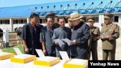 평안남도 운곡지구종합목장을 시찰하는 북한 김정은 국방위원회 제1위원장. 사진을 배포한 '조선중앙통신'은 촬영일자는 공개하지 않았다.