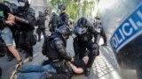 Arhiva - Pripadnici policije privode demonstrante tokom antivladinih demonstracija u Ljubljani, Slovenija, 25. juna 2021.