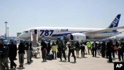 ສາຍການບິນ All Nippon Airways ເລີ້ມເອົາເຮືອບິນ Boeing 787 ບິນທົດລອງຈາກເດີ່ນບິນສາກົນ Haneda ໃນນະຄອນໂຕກຽວ ໃນວັນທີ 28 ເມສາ 2013.