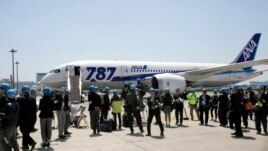 Japanese journalists gather to cover a test flight of an All Nippon Airways Boeing 787 at Haneda International Airport in Tokyo, April 28, 2013.