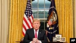 Le président Donald Trump, lors de son adresse solennelle aux américain depuis le bureau ovale de la Maison-Blanche, le 8 janvier 2018 à Washington.