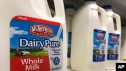 Galon-galon susu Mc Arthur Dairy, salah satu merek susu Dean Foods, tampak di sebuah swalayan di Surfside, 12 November 2019. (Foto: AP)