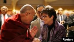 Đức Đạt Lai Lạt Ma bắt tay bà Valerie Jarrett, cố vấn cao cấp của Tổng thống Mỹ Barack Obama tại lễ Cầu nguyện Toàn quốc ở Washington, ngày 5/2/2015.