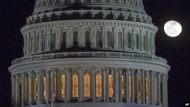 El domingo los legisladores estuvieron sesionando hasta tarde en el Congreso en busca de un acuerdo.
