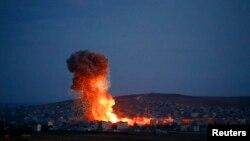 Khói lửa bốc lên sau một cuộc không kích của liên minh ở Kobani, Syria.