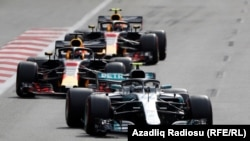 Mercedesin pilotu Valtteri Bottas və Red Bull's Daniyel Ricciardo yarışda