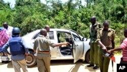 武装安全人员10月10日在肯尼亚蒙巴沙南方海岸乌昆达镇的一起枪击案现场进行调查。这次袭击造成两名妇女死亡。