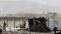 Binh sĩ Mỹ (trái) đứng ở hiện trường sau vụ nổ bom tự sát trong thủ đô Kabul, Afghanistan hôm 29/10/11