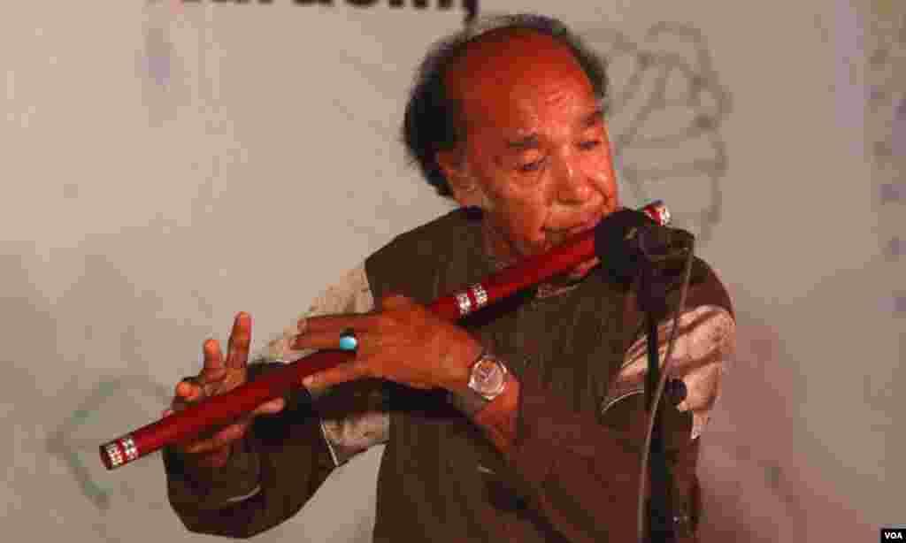 پاکستان کے مشہور بانسری نواز، استاد سلامت حسین اپنے فن کا مظاہرہ کرتے ہوئے