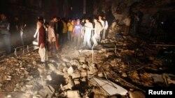 Dân chúng và nhân viên cứu hộ tụ tập nơi xảy ra vụ nổ bom