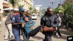 Des volontaires évacuent des personnes blessées lors de l'attaque au super marché Westgate Mall près de l'ambassade américaine à Nairobi, Kenya, 21 septembre 2013.