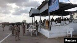 ڈرون حملے کے بعد پریڈ کے مقام پر یمن کے فوجی اہلکار موجود ہیں۔